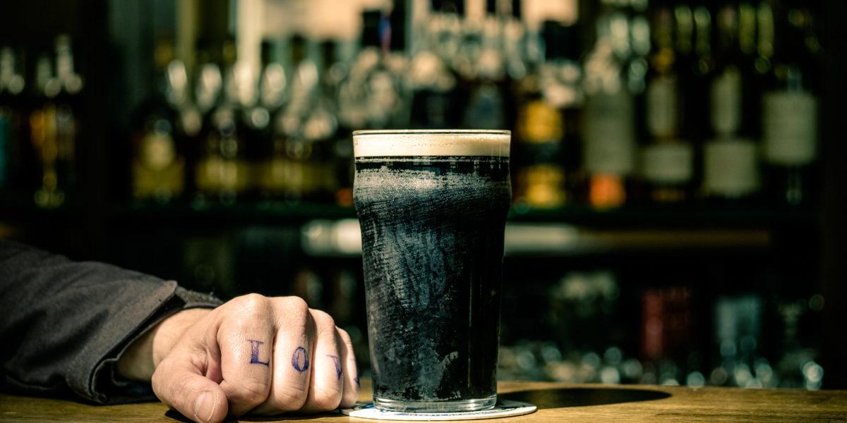 Mann mit Guinness